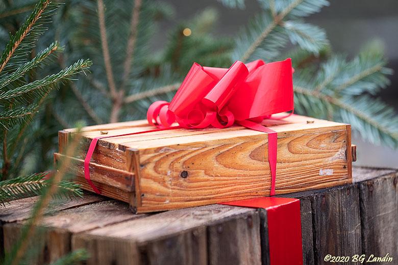 Ett litet paket med en röd rosett