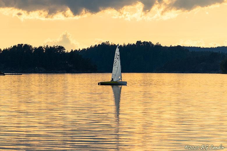 Segelbåt i kvällsljus