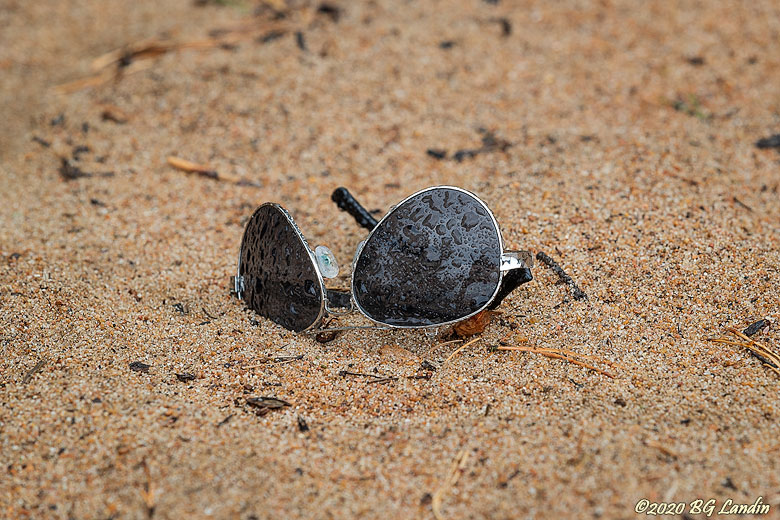 Solglasögon i sanden