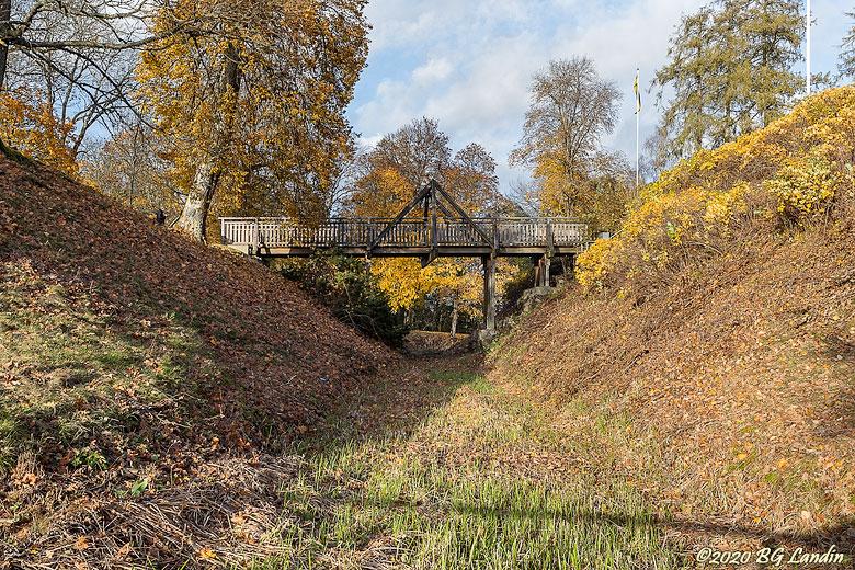 Vallgraven vid Gräfsnäs slottsruin