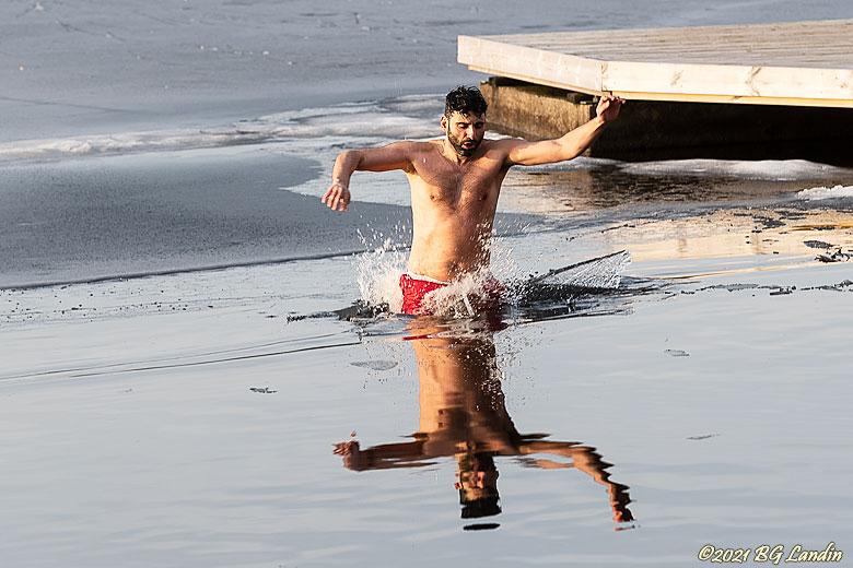 Vinterbadare går genom isen