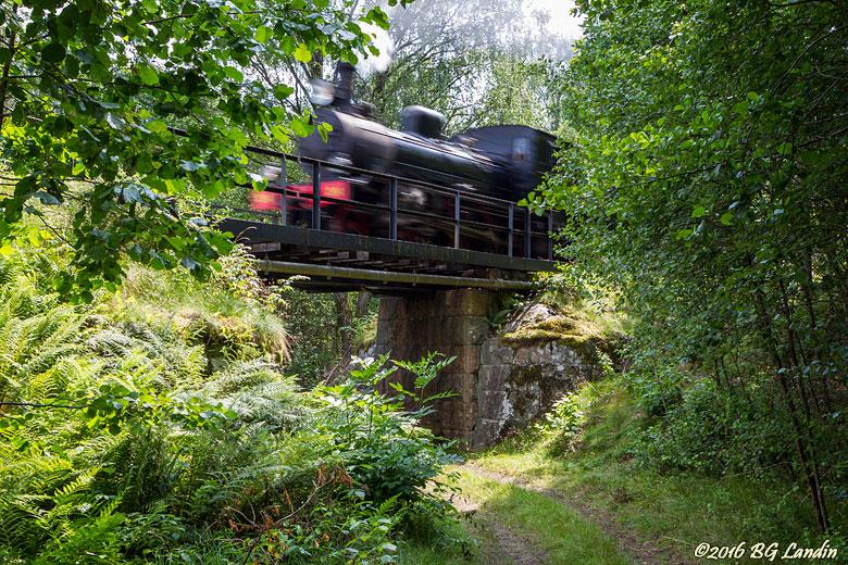 AGJ 24 passerar landsvägsbron