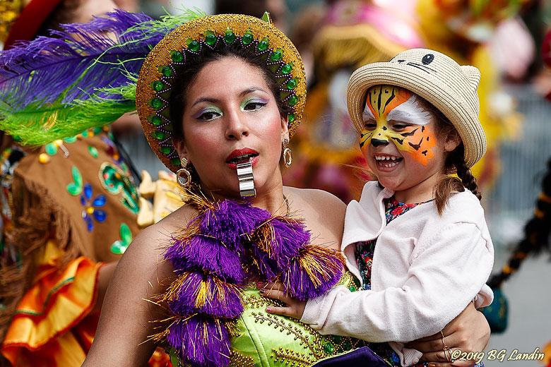 Ung och glad karnevalsdeltagare