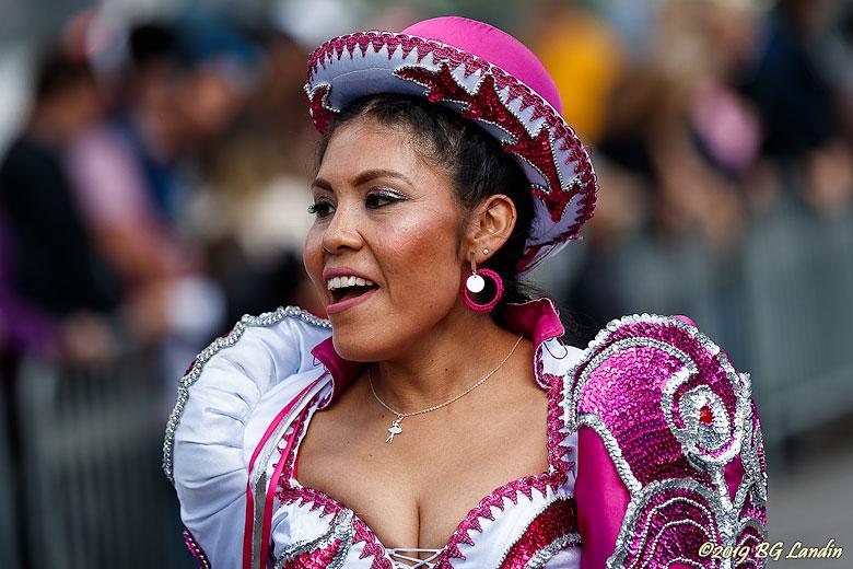 Glad karnevalsdeltagare