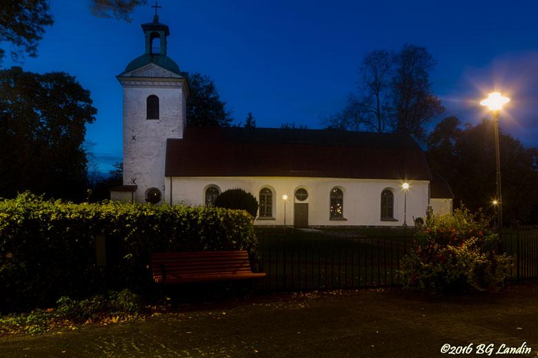 Landskyrkan vid blå timmen