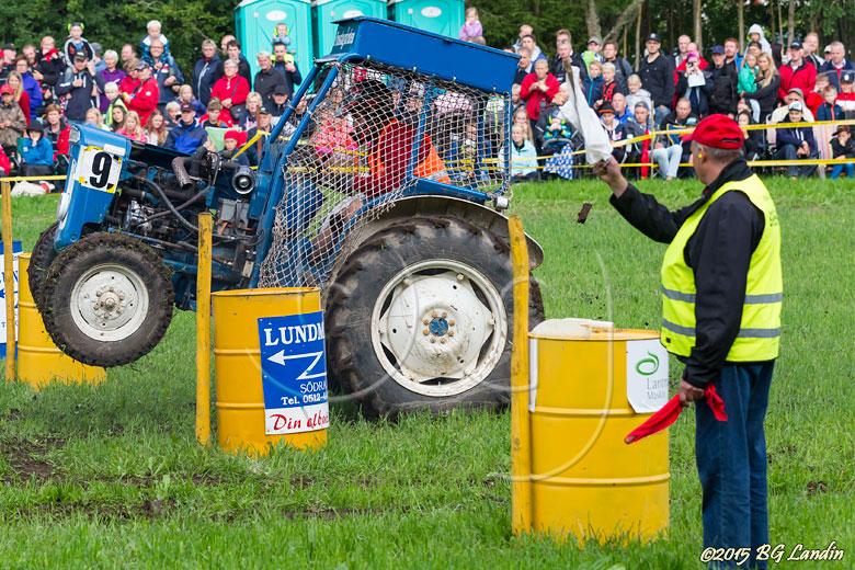 Niklas ger full gas på traktorn