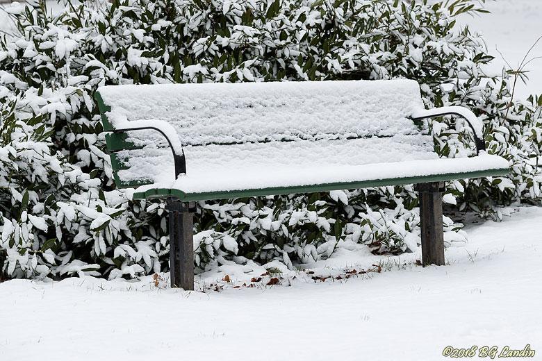 Parksoffa i vinterkostym