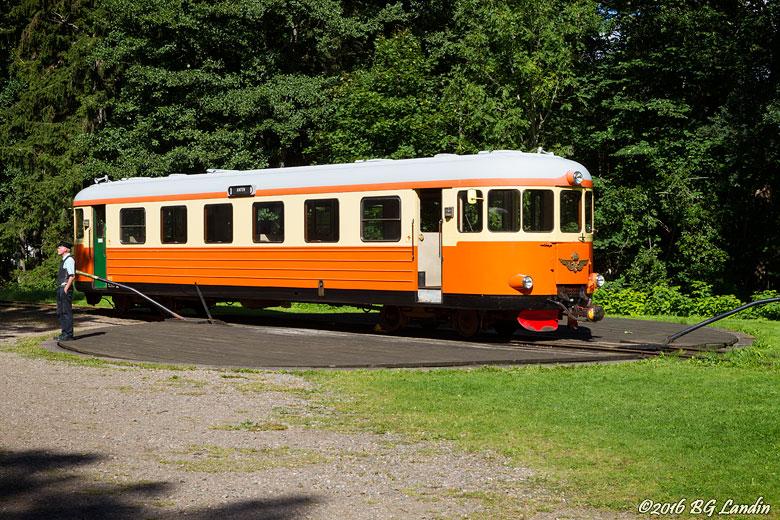 En rälsbuss på vändskivan i Gräfsnäs