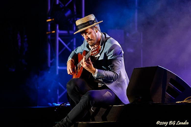 Simon spelar gitarr
