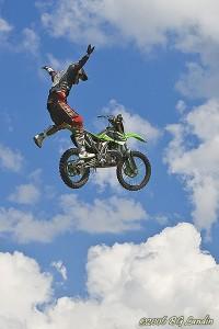 Martin Snellström flyger i luften