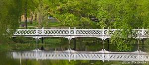 Bro över lugna vatten