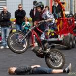 På ett hjul, över stock och människa